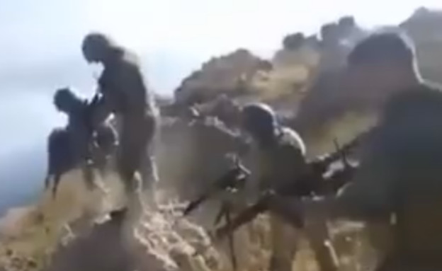 חיילים טורקים יורים בשבויות כורדיות (צילום: twitter)