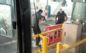 התקרית במחסום הסתיימה בירי ופצועים (צילום: דיווחי הרגע)