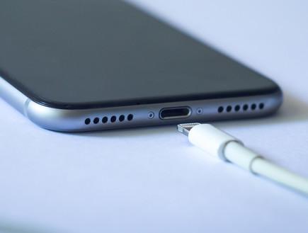 אייפון וכבל הטענה מסוג Lightning