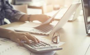 אישה משתמשת במחשבון (אילוסטרציה: Shutterstock)