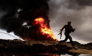 בארות נפט בוערות במוסול (צילום: רויטרס)