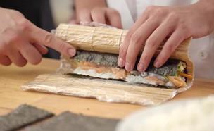 הכנת סושי  (צילום: בבושקה הפקות, אוכל טוב)