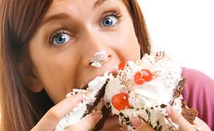 אישה אוכלת עוגה (צילום: Shutterstock)