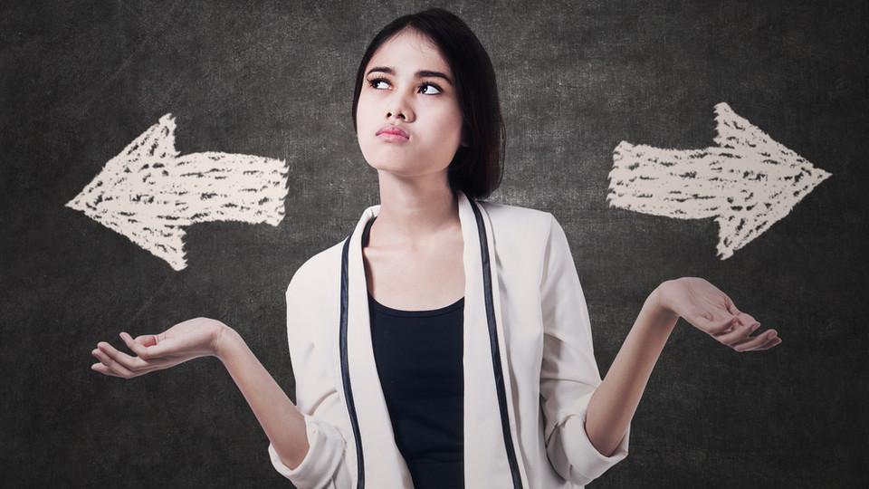 בחורה מתלבטת בין שתי אפשרויות (צילום: Creativa Images, Shutterstock)