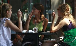 מעשנים במסעדה (צילום: קובי גדעון, מרים אלסטר , פלאש 90)