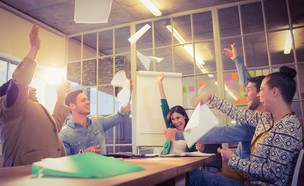 עובדים נהנים במשרד (אילוסטרציה: Shutterstock)