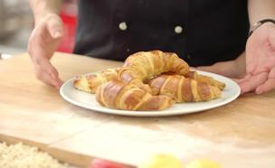 הכנת קרואסונים  (צילום: בבושקה הפקות, אוכל טוב)