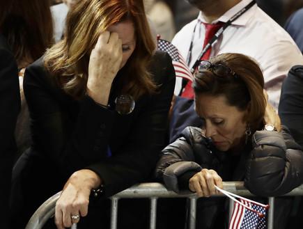 מצביעות בוכות לאחר ניצחון טראמפ (צילום: Sakchai Lalit | AP)