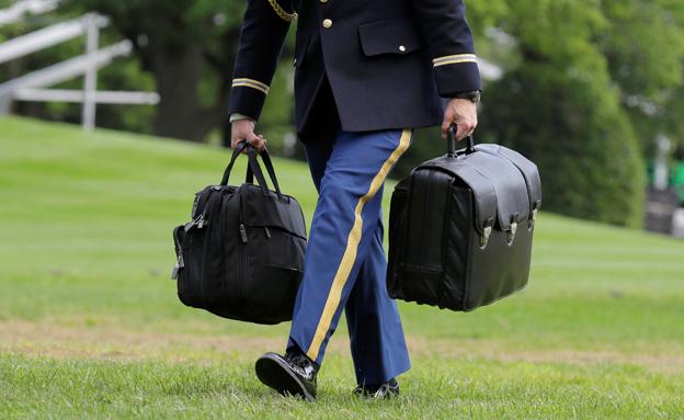 """ה""""פוטבול"""" הגרעיני, תמיד מלווה את הנשיא (צילום: רויטרס)"""