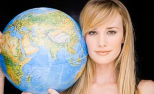 אישה מחזיקה גלובוס (צילום: אימג'בנק / Thinkstock)