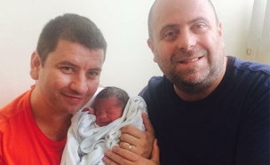 אופיר גורן, בן זוגו בני ובנם עידן (צילום: בית החולים איכילוב)
