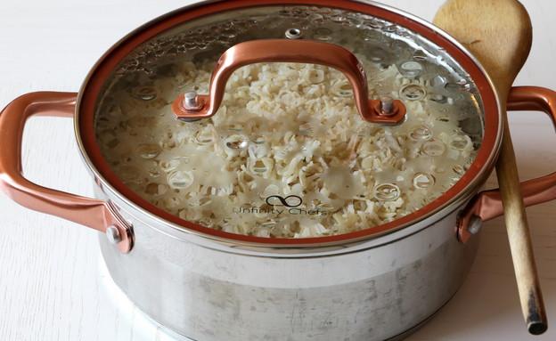 אורז מלא - סיר מכוסה אחרי בישול (צילום: נטע-חן ליבנה, אוכל טוב)