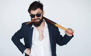 בחור מאיים מחזיק אלה (אילוסטרציה: Shutterstock)
