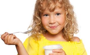 ילדה אוכלת מעדן (צילום: Shutterstock)