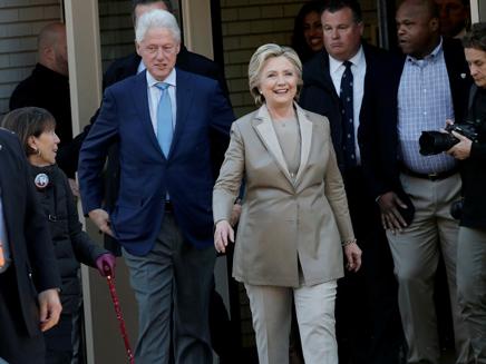 קלינטון ובעלה ביום הבחירות (צילום: רויטרס)