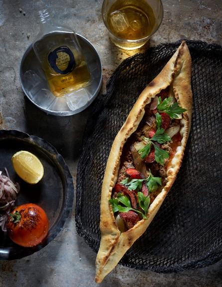 אונזה - לחמא בעג'ין (צילום: אנטולי מיכאלו, אוכל טוב)