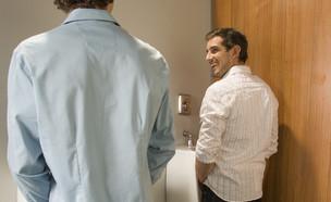 גברים בשירותים (צילום: ShutterStock)