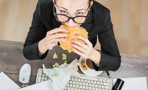 אישה אוכלת מהר (צילום: Kalamurzing, Shutterstock)