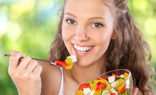 אישה אוכלת סלט (צילום: Billion Photos, Shutterstock)
