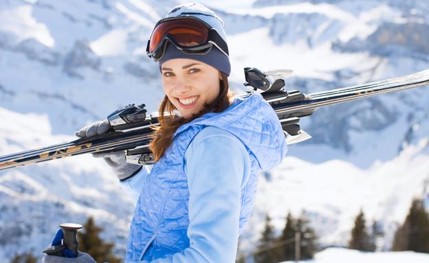 אישה עושה סקי (צילום: Gayvoronskaya_Yana, Shutterstock)