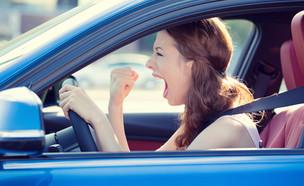 אישה מקללת באוטו (צילום: pathdoc, Shutterstock)