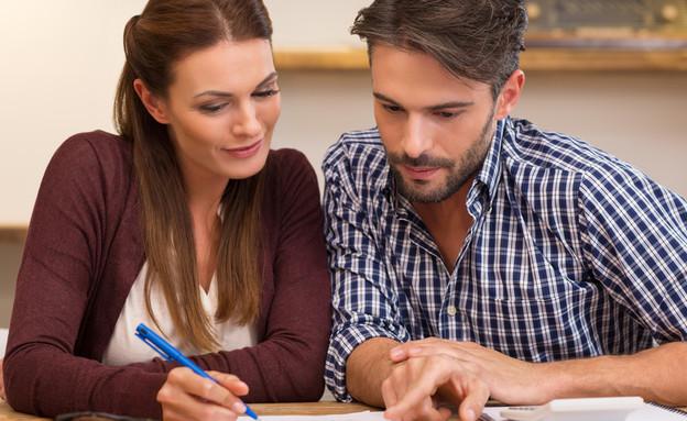 זוג מעיין בחשבונות (אילוסטרציה: Shutterstock)