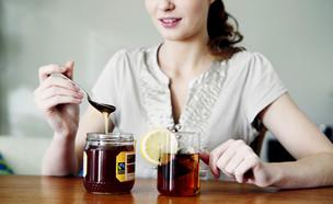 אישה מכינה תה (צילום: Shutterstock, מעריב לנוער)