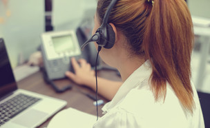 טלפנית משוחחת בטלפון (אילוסטרציה: Shutterstock)