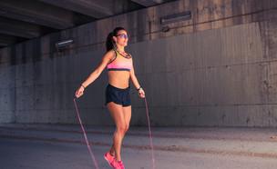 אישה קופצת בחבל (צילום: ManuelfromMadrid, Shutterstock)