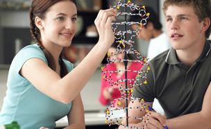 תלמידים בבית ספר לומדים מדעים (צילום: Shutterstock)