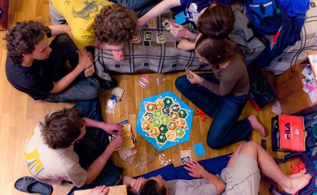 קבוצת צעירים משחקת קטאן (צילום: ויקיפדיה)