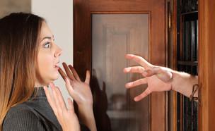 אישה נבהלת מגבר שמכניס יד דרך החלון (אילוסטרציה: Shutterstock)