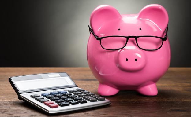 קופת חיסכון עם משקפיים ליד מחשבון (אילוסטרציה: Shutterstock)