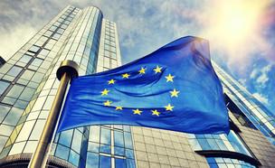 דגלי אירופה מחוץ לבניין הפרלמנט האירופי בבריסל (צילום: ShutterStock)