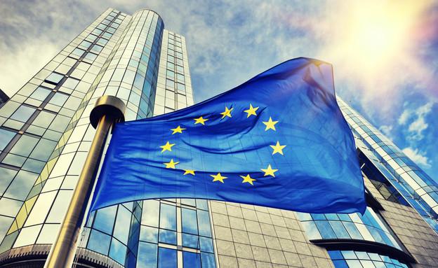 דגלי אירופה מחוץ לבניין הפרלמנט האירופי בבריסל