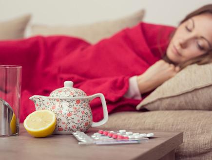 אישה חולה במיטה