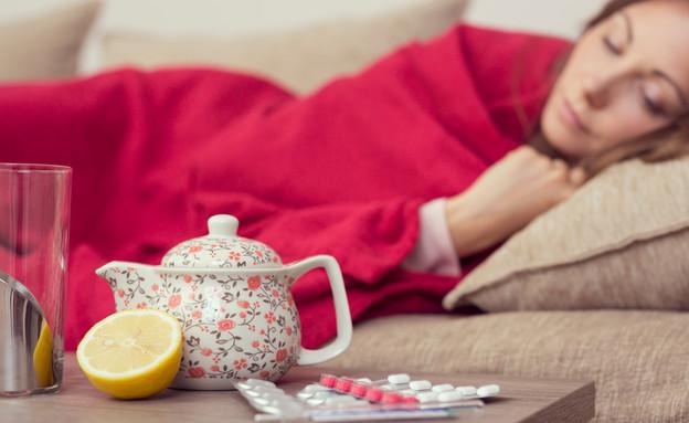 אישה חולה במיטה (צילום: Impact Photography, Shutterstock)