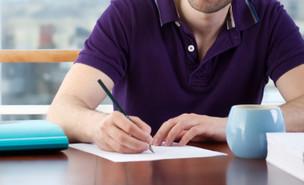 גבר כותב מכתב (צילום: אימג'בנק / Thinkstock)