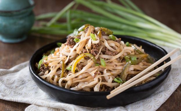אטריות אורז עם בקר ופלפל ירוק (צילום: דרור עינב, אוכל טוב)