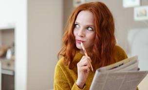 אישה פותרת תשחץ (צילום: ShutterStock)