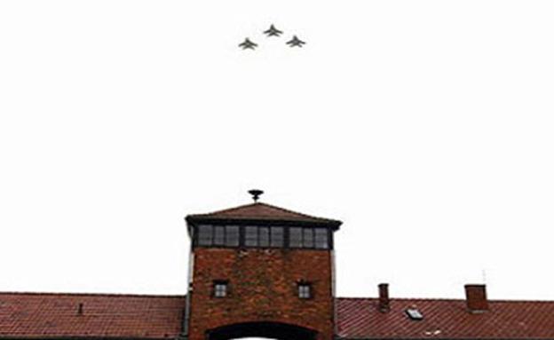 """מטוסי ה""""בז"""" מעל אושוויץ (צילום: דובר צה""""ל)"""