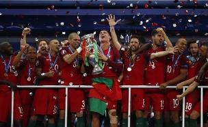 רונאלדו ונבחת פורטוגל זוכים ביורו 2016 (צילום: רויטרס)