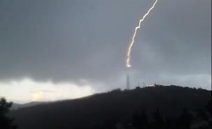 ברק פוגע באנטנה במוצב במטולה (צילום: שלומי אפריאט)