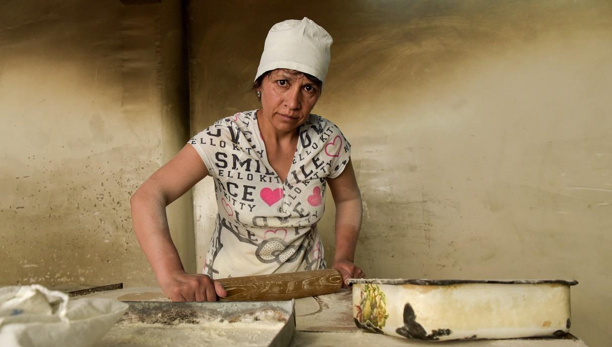 אופה מכינה את הלאבש - הלחם הארמני