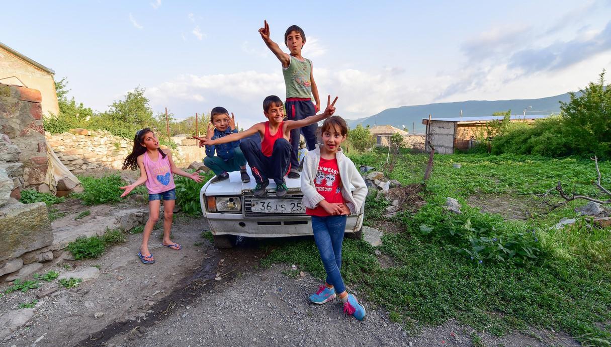 ילדים מלאי שמחה על רכב סוביטי שראה ימים טובים יותר