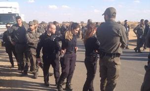 שוטרים מתכוננים לפינוי עמונה (צילום: צעירי עפרה)