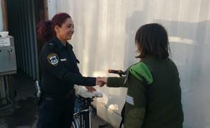 החזירו לחיילת את האופניים (צילום: דוברות המשטרה)