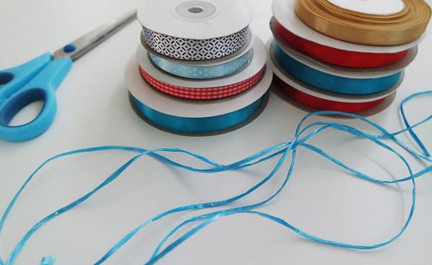 קישוטים 18, את החוטים תצטרכו לקשור לחוט עבה או לחבל (צילום: עופרי פז)