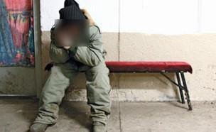 """חייל בטלפון מטושטש (צילום: דובר צה""""ל)"""