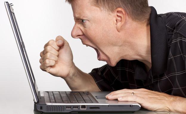 גבר מול מחשב (צילום: John Cowie, Istock)